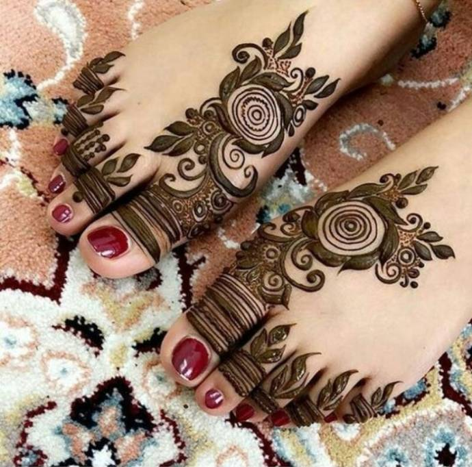 Bold-Mehndi-Flowers-with-Thick-Leaf-Design